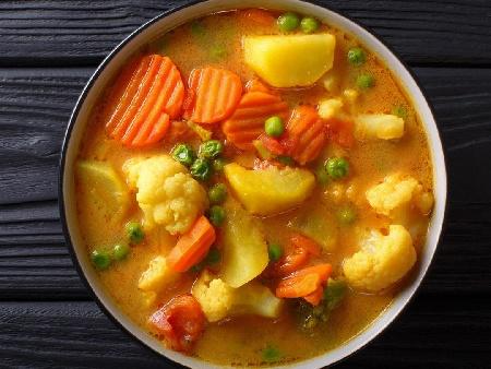 Вегетарианска яхния с грах, картофи, карфиол, моркови, целина и праз - снимка на рецептата